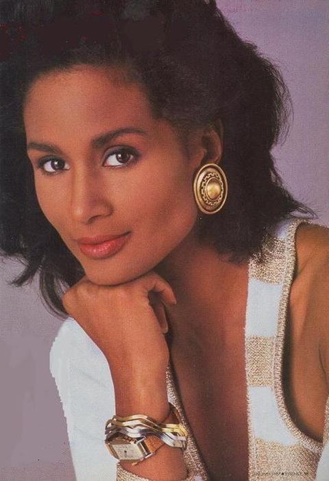 Beverly-Johnson-casual-pose
